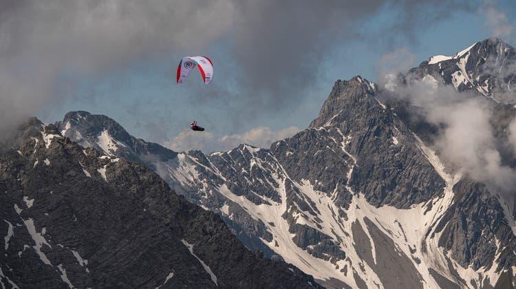 Der Schweizer Patrick von Känel passiert auf dem Weg zum Säntis das Montafon. (Bilder: Red Bull)