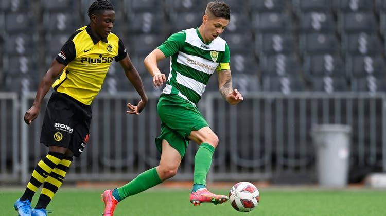 Erzielte das 1:0 für Kriens: MarijanUrtic (am Ball; rechts YB-Spieler Felix Mambimbi). (Bild: Urs Lindt/Freshfocus (Bern, 23. Juni 2021))