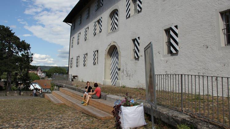 Die provisorische Sitztreppeaus Holz in der Brugger Hofstatt regt zum Verweilen ein: Zwei Touristinnen aus Zürich machen hier eine kurze Pause. (Bild: Janine Walthert)