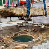Die Steinplatte, die den Quellschacht seit 600 Jahren verdeckt, ist angehoben worden. Darunter: Diewichtigste Quelle von Baden, die auch das neue Thermalbad speisen wird. (Andrea Schaer/zvg)