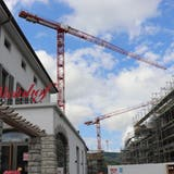 Beim Steinhof in Würenlos ragen gleich mehrere Baukrane in die Höhe. (Bild: Philipp Zimmermann)