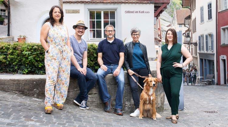 Der neue Quartierverein Halde setzt sich aus Nadia Acquaroli (v.l.), Jan Durrer, Mirko undBeate-Christin Hastedt sowie Reana Hostettler und Hund Emma zusammen. (Britta Gut)