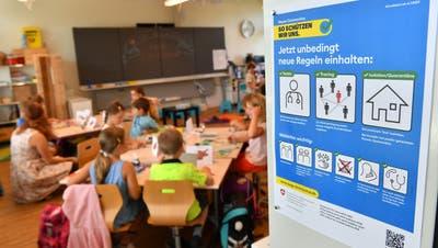 Im Klassenzimmer beschloss der Kanton eine Verschärfung: Vom Bund wurde keine Maskenpflicht für die Sek 1 Stufe angeordnet, vom Kanton für die 5. und 6. Klasse auf Primarstufe hingegen schon. (Bruno Kissling)