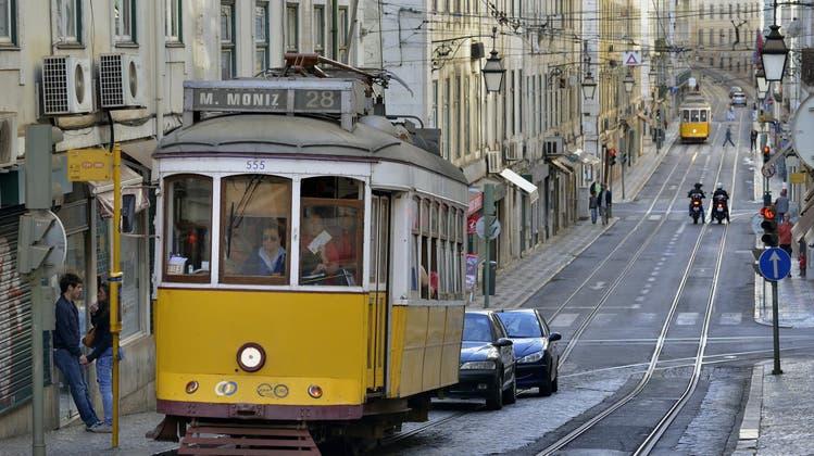 Die Stadt mit den ikonischen gelben Trams muss zurück in den Lockdown: In Lissabon grassiert die «Delta»-Variante, Portugals Hauptstadt ist zum europaweiten Hotspot geworden. (www.srt-bild.de)