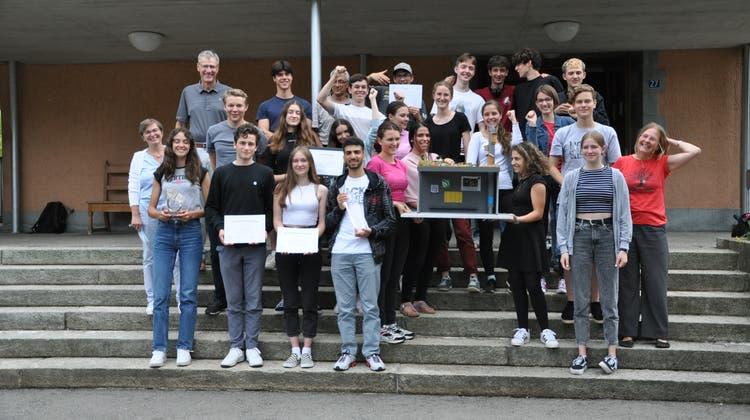 Die Schüler freuen sich über den Preis. (Bilder: Elia Fagetti)