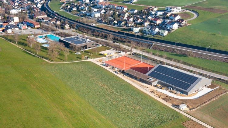 Die Siedlungsentwicklungvon Gelterkinden (im Bild Schwimmbad und Tennisplatz) sorgt im Dorf für Diskussionen. (Archivbild)