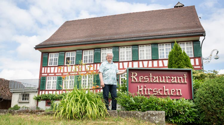Gemeindepräsident LukasHoffmann vor dem gemeindeeigenen Restaurant Hirschen. (Bild: Tobias Garcia (Hohentannen, 23. Juni 2021))