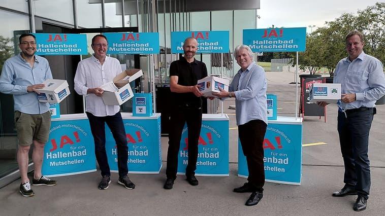 Urs Schweizer, Präsident IG Hallenbad Mutschellen (Zweiter von rechts) übergibt die 4565 Unterschriften an die Gemeinderäte Stefan Strebel (Oberwil-Lieli), Peter Spring (Widen), Sascha Käppeli (Rudolfstetten) und Stefan Bossard (Berikon, von links). (Andrea Weibel)
