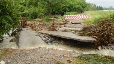Die betonierte Reussuferwegquerung ist vom Pflanzerbach zerstört worden. (zvg/Walter Bürgi)