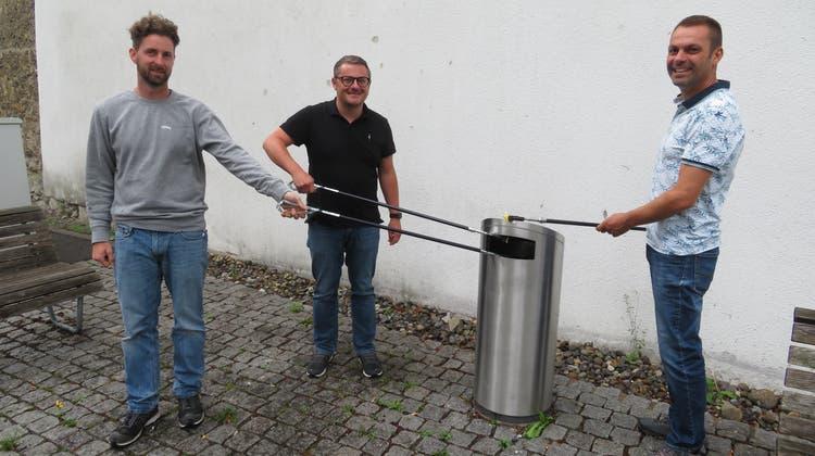 Oliver Burgunder (Leiter Werkhof), Daniel Sommerhalder (Stadtrat) und Walter Beer (Tiefbau) bei der Präsentation des No-Littering-Labels der IGSU für die Stadt Bremgarten. (Marc Ribolla)