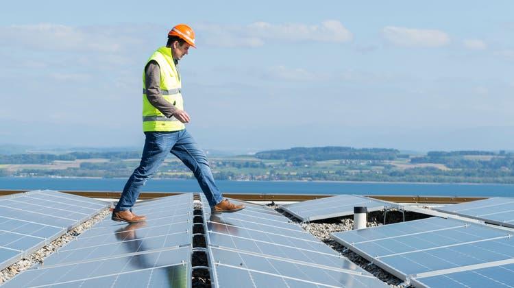 Lenkungsabgaben verteuern fossile Brenn- und Treibstoffe und begünstigen so den Umstieg auf erneuerbare Energien, die dadurch immer günstiger werden. (Keystone)