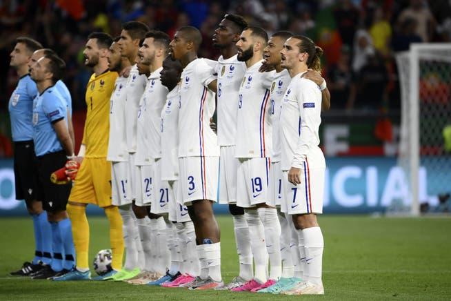 Frankreichs Nationalmannschaft bei der Nationalhymne vor dem Spiel gegen Portugal.