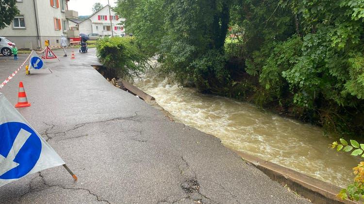 Schon Anfang Juni im Thurgau wurden immense Wassermassen durch die Gemeinden gespült. Im Bild: Die Sitter mit Hochwasser und Schwemmholz. (Donato Caspari)