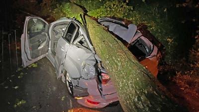 Die Autofahrerin musste verletzt ins Spital gebracht werden. (Bilder: Kapo TG)