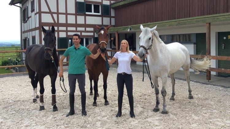 Edy Tanner mit Ehefrau Michèle im Pferdehof im thurgauischen Hattenhausen. Links Tanners Spitzenpferd Bell Ragazzo. (Bild: Peter Wyrsch)