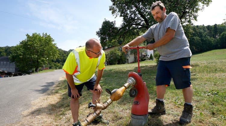 Wasserknappheit ist in Baselland immer wieder ein Thema: 2015 etwa musste von den beiden Brunnmeistern Michael Tschudin (links) und Martin Bader eine Notleitung für Langenbruck verlegt werden. (Kenneth Nars)