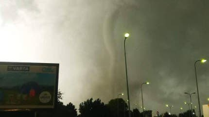 Tornado und Unwetter verwüsten Dörfer in Tschechien – Videos zeigen riesige Windhose