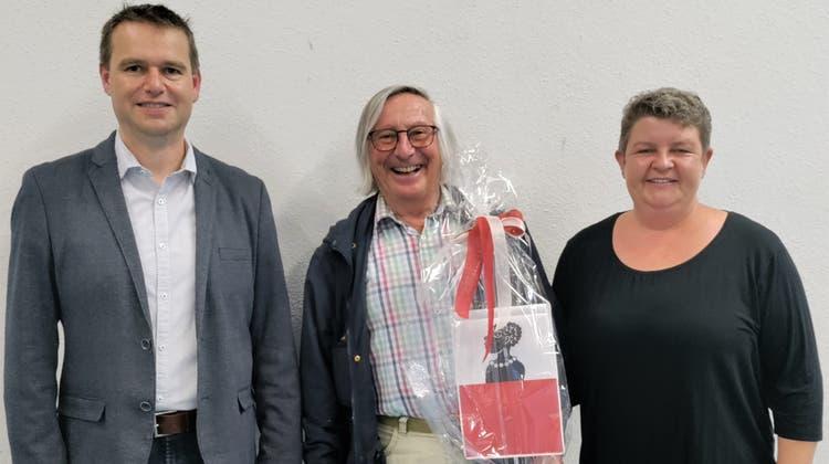 Der neue Ortsbürger Alfred Pesendorfer (Mitte) mit Gemeindeammann Lukas Erne und Gemeinderätin Martina Märki. (zvg)