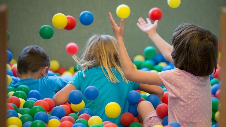 Kinder fehlen nicht nur in den Schulen, sondern auch in den Vereinen, bei den Lehrstellen und später in den kommunalen und regionalen Organisationen sowie an den Arbeitsplätzen. (Keystone)