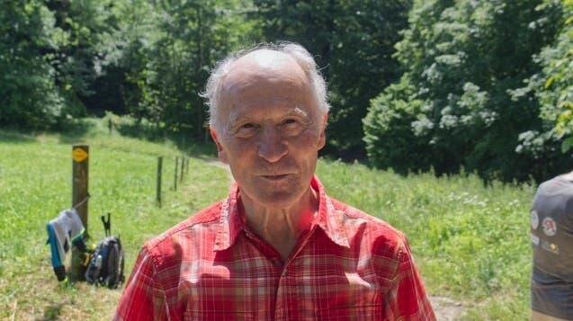 Michael Matti, 75, Pensionierter aus Basel:«Durch mein Engagement in der Alpeninitiative wurde ich durch dessen Zeitschrift «Echo» auf das Projekt aufmerksam. Die Wanderung heute erfuhr ich als sehr spannend. Vor allem die Begleitung durch Menschen, die uns Einsicht in 'ihre' Gebiete geben sowie dass die Kultur nicht zu kurz kommt freut mich.» (Lisan Vugts)