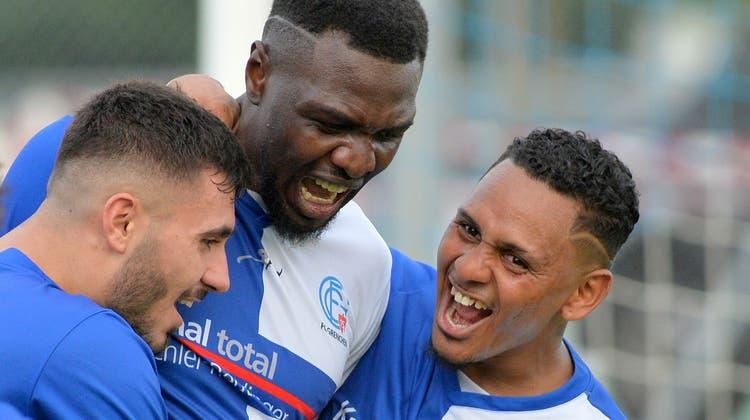 Visar Aliu, Scott Mbemba und Samuel Zayas feiern den Last-Minute-Treffer zum 2:1-Sieg gegen den FC Muri. (Hans Peter Schläfli)
