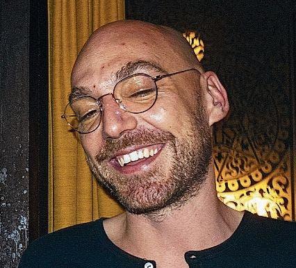 Andri Hinnen:Der Filmemacher («Unter Wasser atmen») mit Jahrgang 1985 hat International Studies studiert. Sein Debütroman «Rolf» ist im Verlag Elster & Salis erschienen.