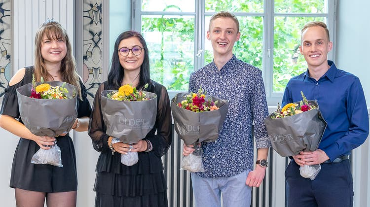 Die Absolventen der KV Aarau feierten ihren Lehrabschluss – die besten in der Aula der Schule, der Rest von zu Hause aus