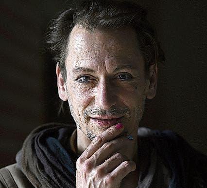 X (Christoph) Schneeberger:Der 45-jährige Autor hat literarisches Schreiben studiert und tritt als Dragqueen auf. «Neon Pink&Blue» ist im Verlag Die Brotsuppe erschienen.