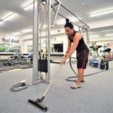 Cristina Famiglietti mit dem Wasserstaubsauger im Fitnesszentrum Body Gym. (Bild: Olaf Kühne)