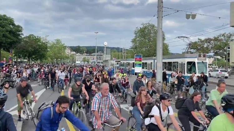 «Critical Mass» mit 4000 Menschen legt in Zürich den Verkehr lahm