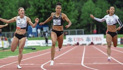 Gewinnt den elften nationalen Meistertitel über 100 Meter: Mujinga Kambundji (Mitte).