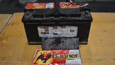 Gut versteckt, aber offenbar nicht gut genug: Die Zollbeamten fanden Zigaretten in einer Autobatterie. (EZV)