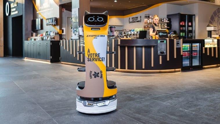 Der BellaBot, der hierzulande von der Firma Pogastro vertrieben wird, kann Mahlzeiten servieren, Teller abräumen und mit den Gästen plaudern. (Bild: PD)