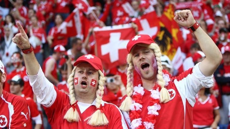 Davon erzählen sie bis an ihr Lebensende: Schweizer Fans am Spiel Schweiz–Türkei an der Euro 08 in Basel. (bz-Archiv)