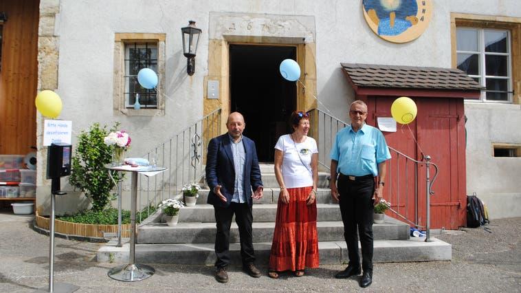 Architekt Andreas Schmid, KITA-Leiterin Ursula Hari Keller und Gemeinderat Heinrich Sgier vor dem ehemaligen Pfarrhaus (aep)