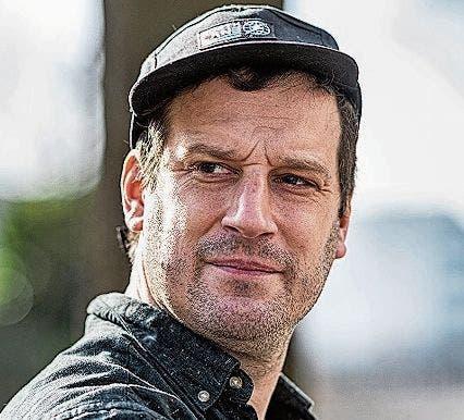 Samuel Schnydrig:Mit Jahrgang 1982 hat Samuel Schnydrig über 20 Jahre aktive Musikerfahrung in Punkbands. Sein Roman «Klaus. Leben vor dem Steinschlag» ist im Zytglogge-Verlag erschienen.