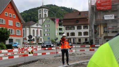 Bau- und Projektleiter Thomas Graf inmitten der Dorfplatz-Baustelle. (Bild: Francesca Stemer)