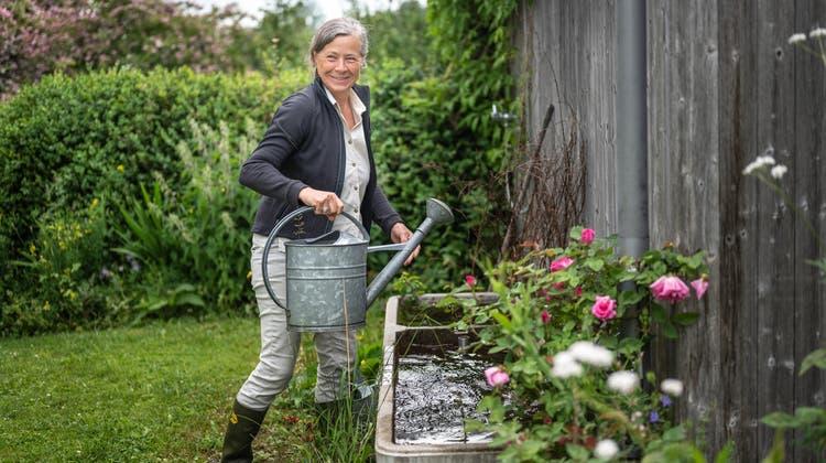 Landschaftsarchitektin Monika Pearson am Brunnen im Garten. (Bild: Monika Pearson)