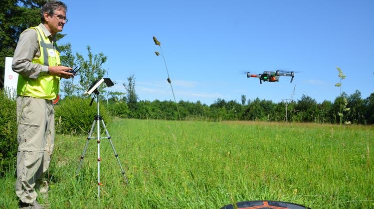 Dank Drohnen kann eine Wiese in wenigen Minuten effektiv abgesucht werden. Kurt Bär, Präsident desVereins Rehkitzrettung Thurgau, ist begeistert von diesem sinnvollen Einsatz der Geräte. (Bild: Judith Schuck)