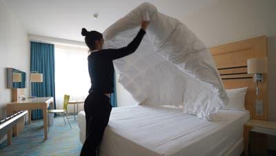 Damit die Bette nicht leer bleiben, können sich die Schweizer Stadthotels nicht mehr nur auf Geschäftsreisende verlassen. (Symbolbild) (Keystone)