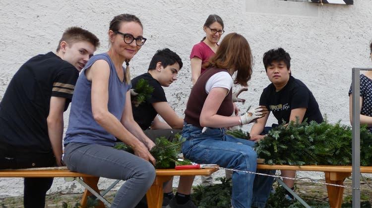 Abschlussschülerinnen und -schüler der Bezirksschule kränzen vor dem Salzhaus.. (Ina Wiedenmann)