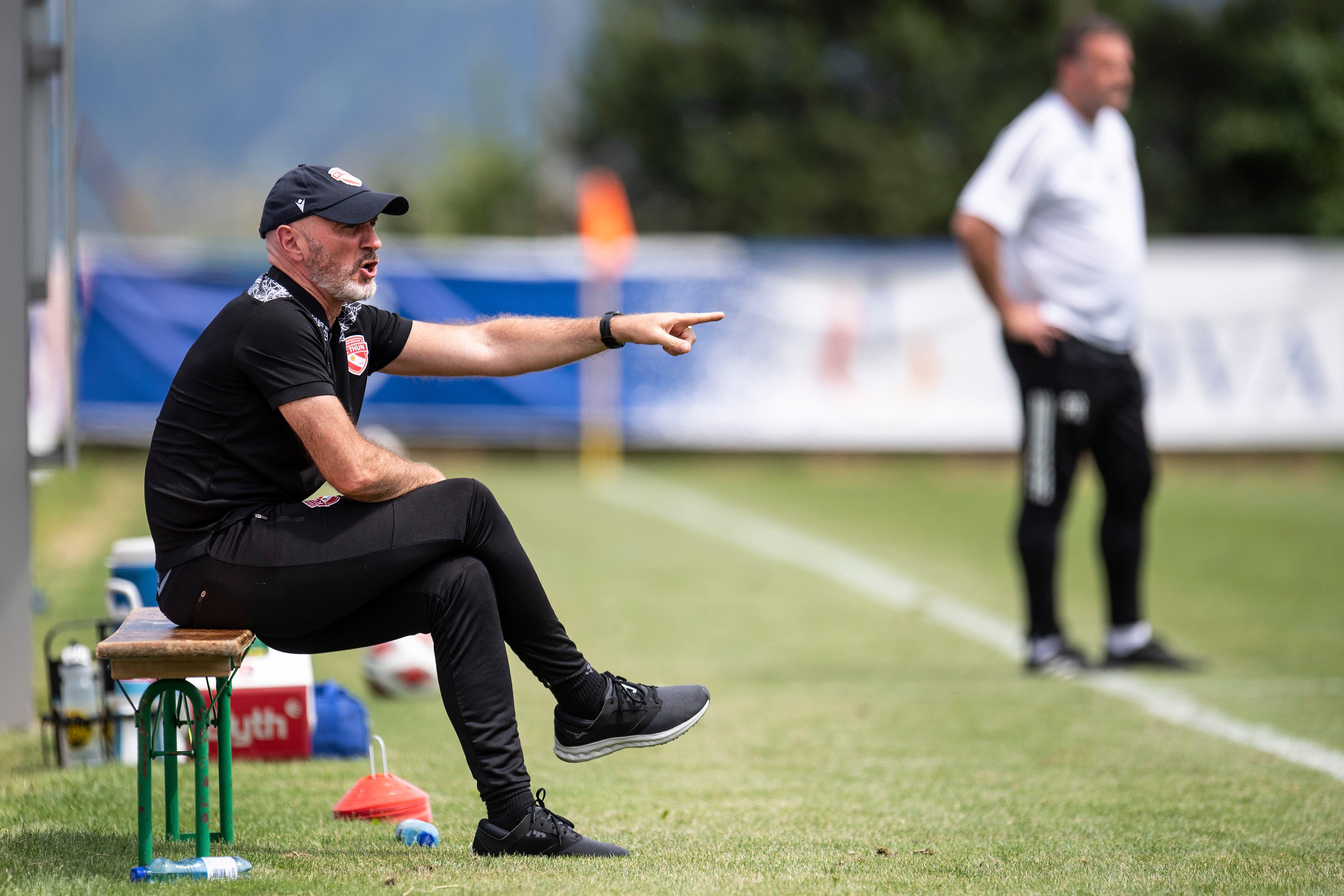 Thun-Trainer Carols Bernegger nimmt das Spiel gelassen. Kollege Patrick Rahmen (im Hintergrund) schaut lieber stehend zu.