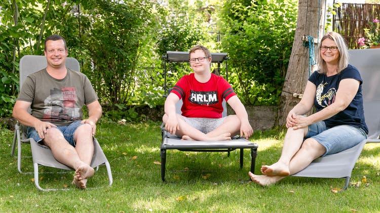 Der 14-jährige Silas mit seinen Eltern Claudia Jochem und Stefan Bütler in ihrem Garten in Muri: «Silas akzeptiert Dinge, die er nicht ändern kann, vielleicht leichter als wir.». (Sandra Ardizzone)