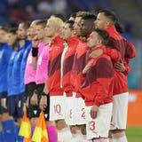 Schweigen oder beten sie? Die Schweizer Startelf vor dem Match gegen Italien. (EPA/Alessandra Tarantino)
