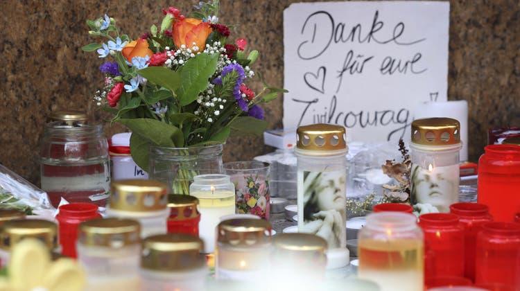 Kerzen und Blumen am Tatort: Würzburg trauert um die Opfer der Messerattacke. (Karl-Josef Hildenbrand / AP)