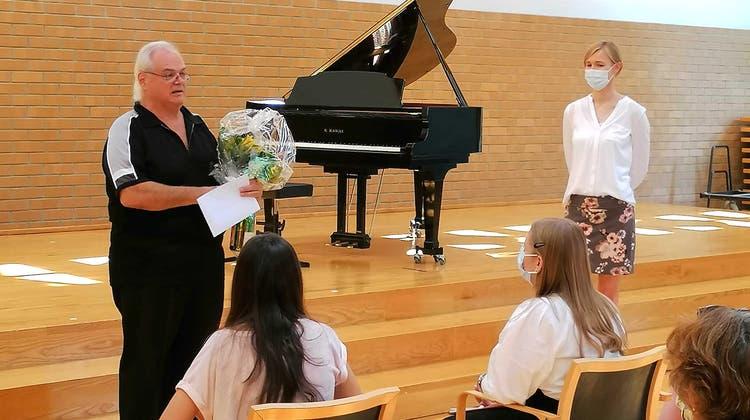 Blumen zum Abschied: Livio Castioni (links) zusammen mit Daniela Jordi-Körte und seinen Musikschülern. (Bild: Maurus Held)