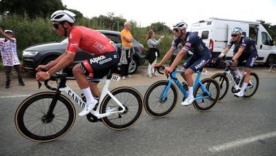 Silvan Diller (l.) mit Teamleader Mathieu van der Poel am Hinterrad. (Christophe Petit-Tesson / EPA)