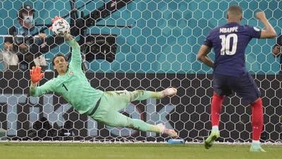 Der Moment der Erlösung: Sommer hält gegen Mbappé, die Schweiz steht im Viertelfinal! (Vadim Ghirda / Pool / EPA)