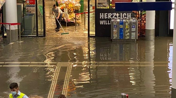 Nach einem Unwetter wurde die Unterführung im Bahnhof Aarau am 24. Juni überschwemmt. (Gabrela Suter / Zvg / Aargauer Zeitung)