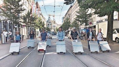 Schwergewichte unterwegs: Zehn Gebotstafeln auf der Suche nach einem Kunstasyl